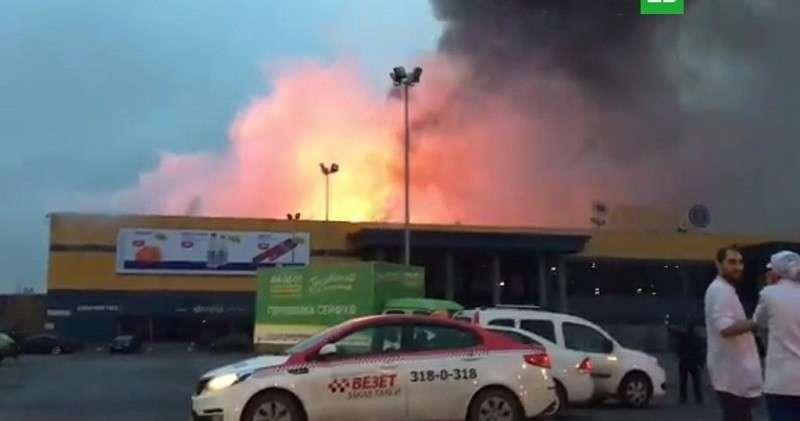 Горящий гипермаркет «Лента» в Петербурге попал на видео