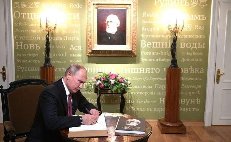 Вовремя посещения реконструированного дома-музея Ивана Тургенева наОстоженке Владимир Путин оставил запись вкниге почётных гостей.
