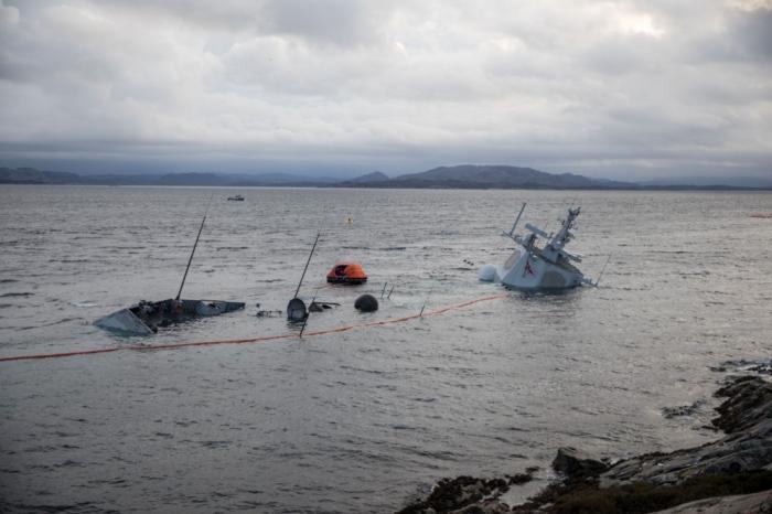 Норвежский фрегат НАТО, получивший пробоину, практически полностью скрылся под водой