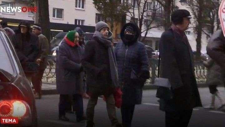 В Киеве замерзающие без отопления жители перекрыли центр города