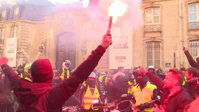 Французы протестуют против повышения цен на бензин: перекрытые дороги, сотни пострадавших