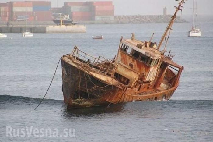 Украинский буксир тонет вЧёрном море