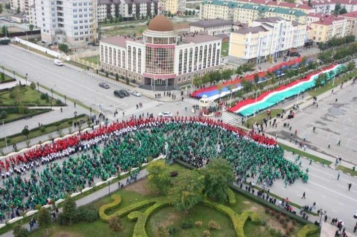 Сто тысяч человек прошли по улицам Грозного в День рождения Путина