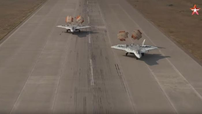 Синхронную посадку пары истребителей Су-57 сняли на видео