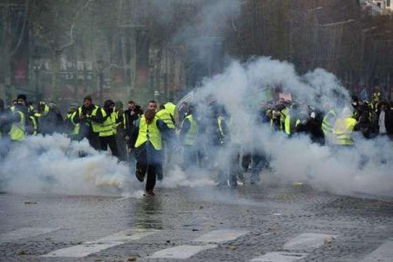 Уличные бои в Париже разрастаются. Прямой эфир