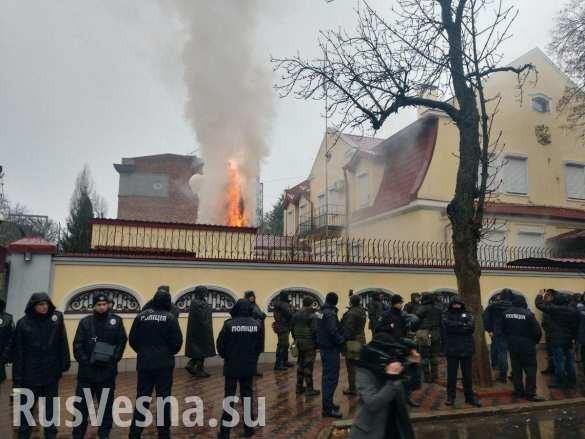 ВХарькове неонацисты подожгли российское консульство