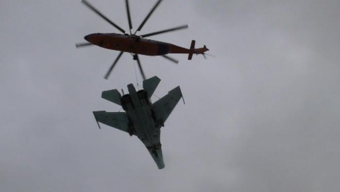 Уникальное видео: вертолёт Ми-26 перевозит 15-тонный истребитель Су-27