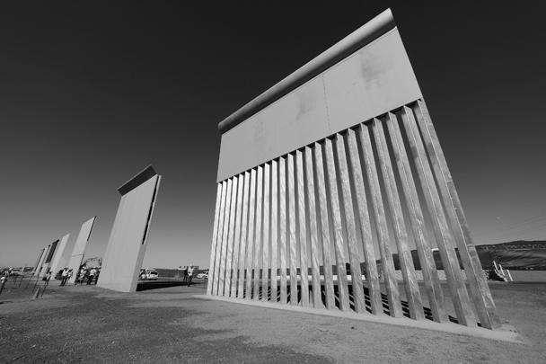 Несколько образцов будущей стены, которую планируется возвести на границе США и Мексики, представили американские пограничники рядом с переходом Отай Меса в Сан-Диего. Это будут девятиметровые конструкции из стали и бетона, которые должны стать непреодолимым препятствием