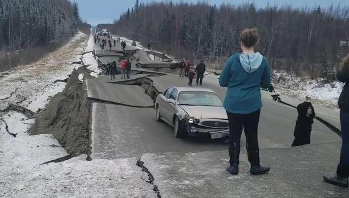 Во время землетрясения на Аляске провалился участок трассы вместе с машиной
