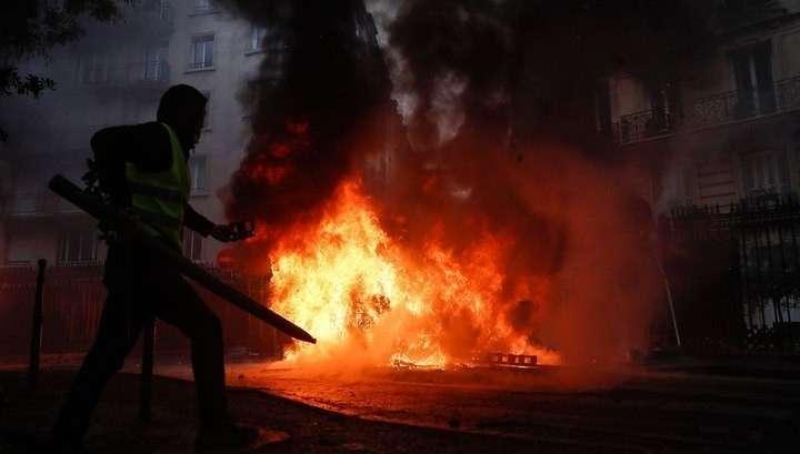 Газ, дым, файеры: на Елисейских полях полицейские дерутся с