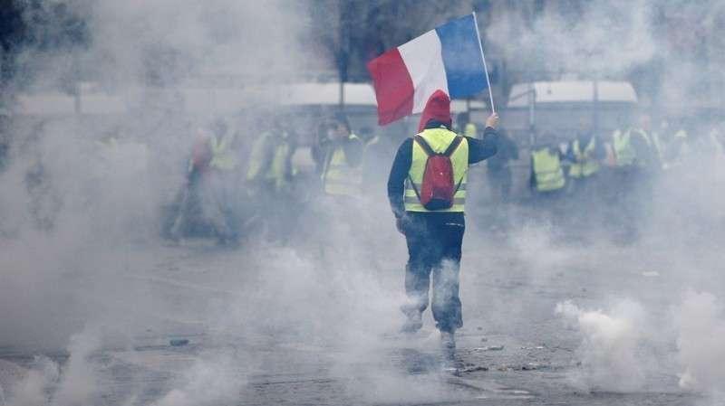 Протесты во Франции переросли в драку с полицией