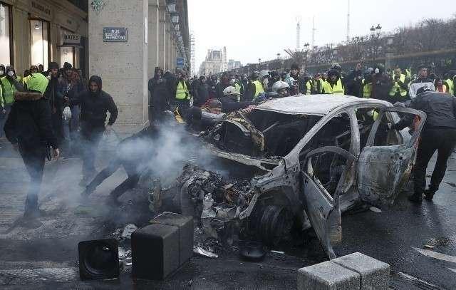 Франция готовится ввести режим ЧП в связи с уличными беспорядками