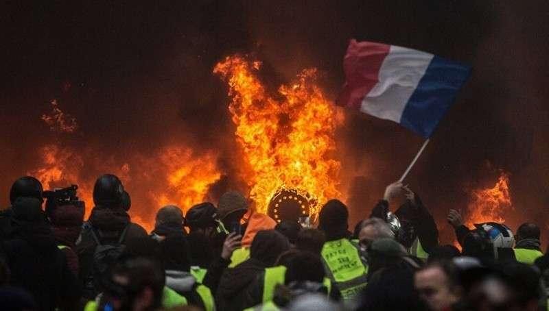 Марин Ле Пен нашла способ прекратить протесты во Франции