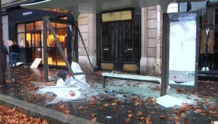 Париж после погромов: остатки баррикад и обезглавленный Наполеон