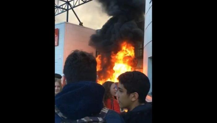 Во Франции протестующие старшеклассники подожгли здание собственной школы в Тулузе
