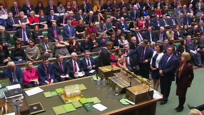 Парламент Британии открыто выступил против правительства Терезы Мэй