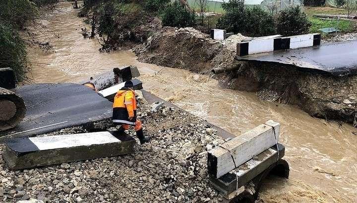 В Сочи после сильного дождя размыло недавно возведённый мост