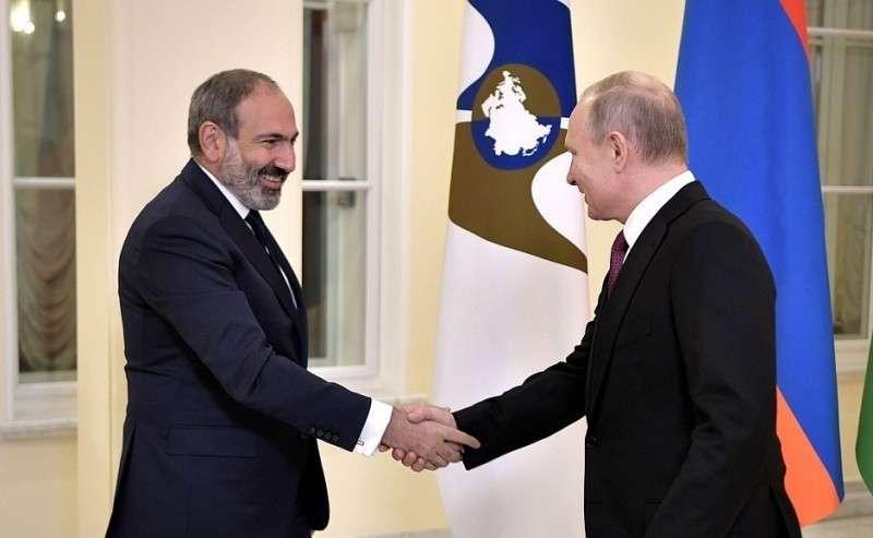 Перед началом заседания Высшего Евразийского экономического совета. C исполняющим обязанности Премьер-министра Республики Армения Николом Пашиняном.