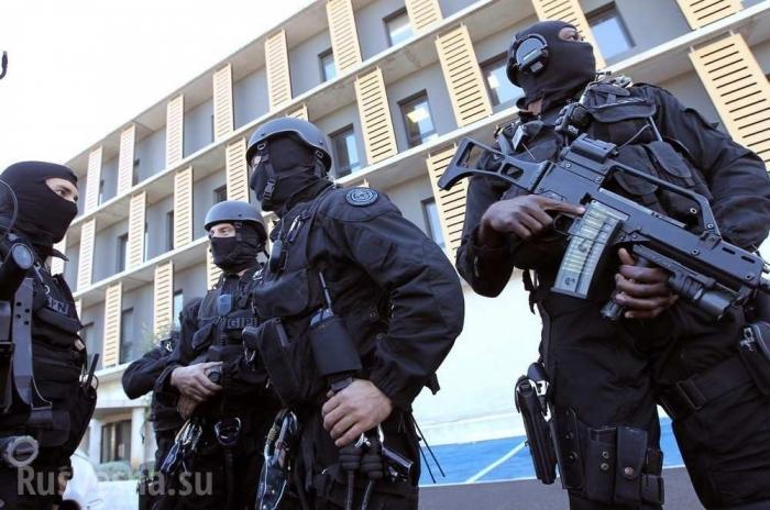 В просвещённой европейской Франции полиция поставила детей на колени и одела наручники
