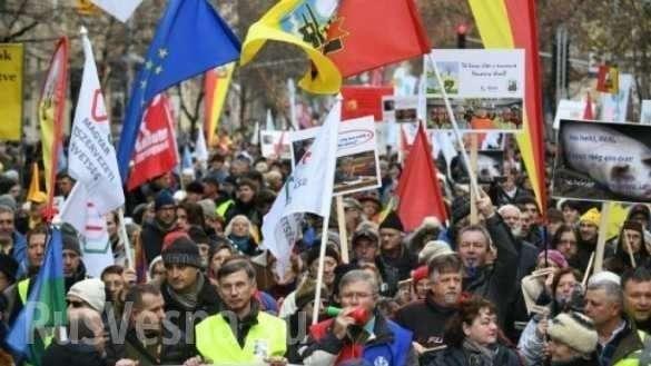 В Будапеште тысячи венгров вышли на протест против «рабских законов» | Русская весна