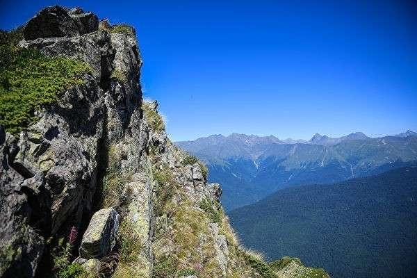 Вид на горы Главного Кавказского хребта с обзорной площадки на вершине горы Роза Пик на горном курорте Роза хутор в Красной Поляне