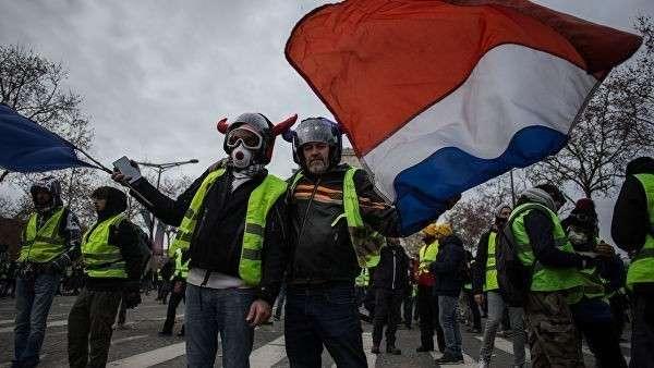 Акция протеста движения желтые жилеты в Париже. 8 декабря 2018