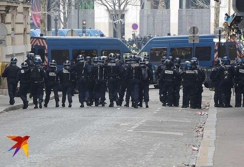 Цепь полицейских блокирует улицу. Фото: Дарья АСЛАМОВА