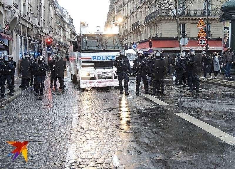 Полицейские готовы применить водометы для разгона митингующих. Фото: Дарья АСЛАМОВА