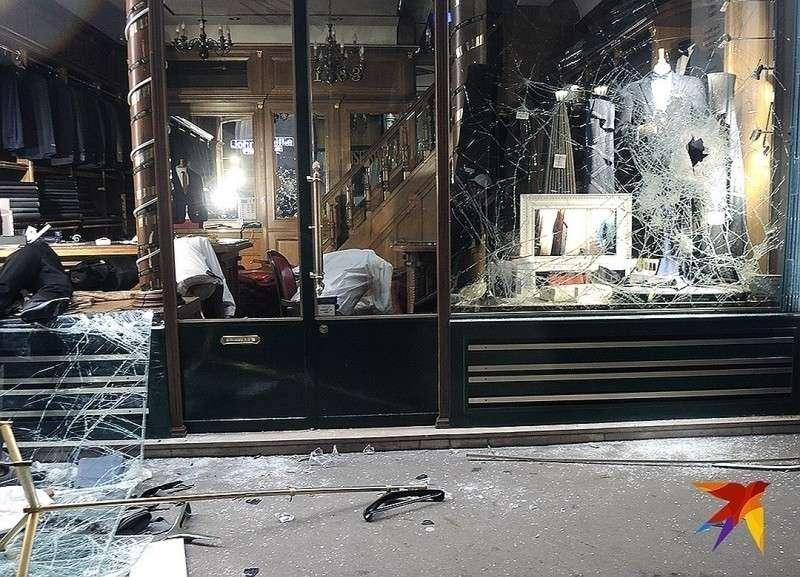 Разбитая витрина ателье делового мужского костюма. Фото: Дарья АСЛАМОВА