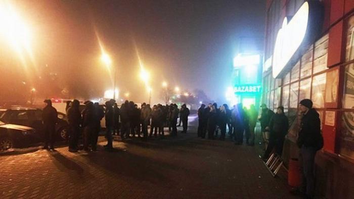 «Военное положение в действии»: в Киеве боевики в масках пытались захватить торговый центр