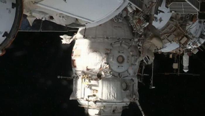 Российские космонавты покинули МКС ради отверстия в обшивке