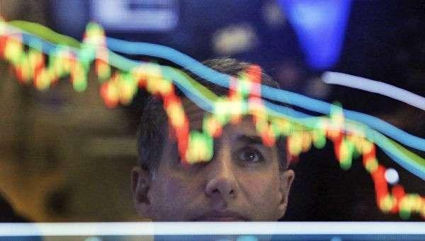 Финансовый специалист Нью-Йоркской фондовой биржи во время работы.