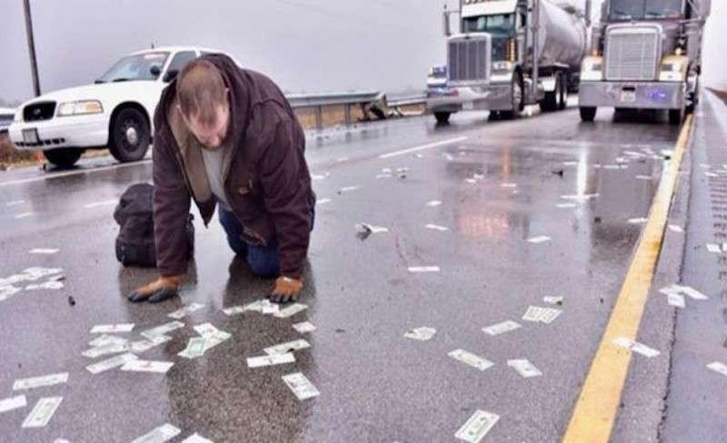 Деньги, высыпавшиеся натрассу, стали причиной нескольких аварий (ФОТО, ВИДЕО)