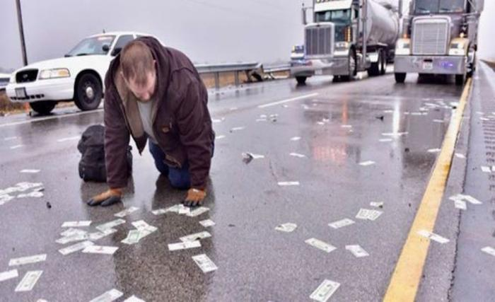 В США высыпавшиеся натрассу деньги стали причиной нескольких аварий