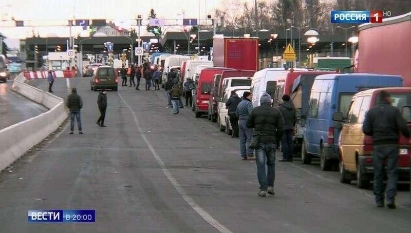 Украинцы массово бегут от военного положения за границу