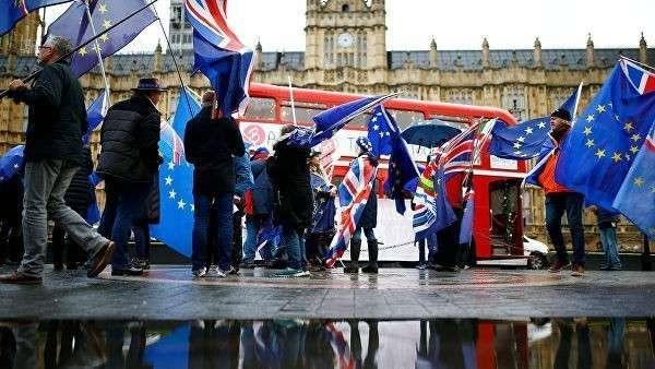 Противники выхода Великобритании из ЕС во время акции у здания парламента в Лондоне. 3 декабря 2018