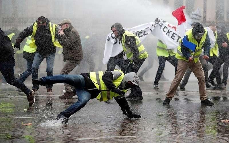 В Париже полиция применила слезоточивый газ для разгона