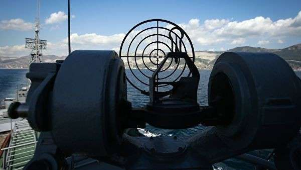 Противолодочный корабль МПК Поворино военно-морской базы Черноморского флота ВМФ России во время учений