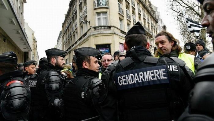 Франция: в Париже «желтые жилеты» под «Марсельезу» прорвали кордон парижской полиции