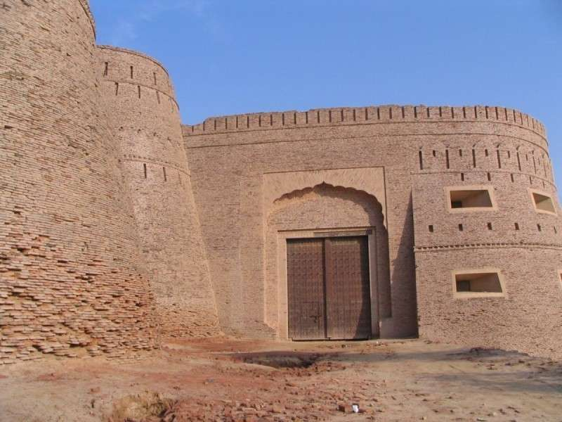 Форт Деравар в Пакистане – величественная неприступная крепость посреди пустыни Холистан