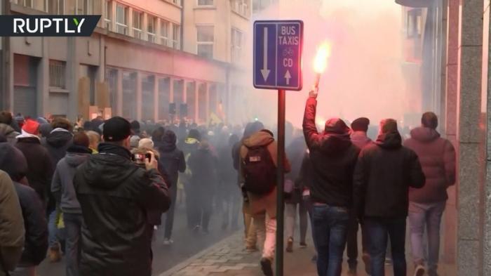 В Брюсселе тысячи протестующих вышли на акцию против Глобального договора о миграции