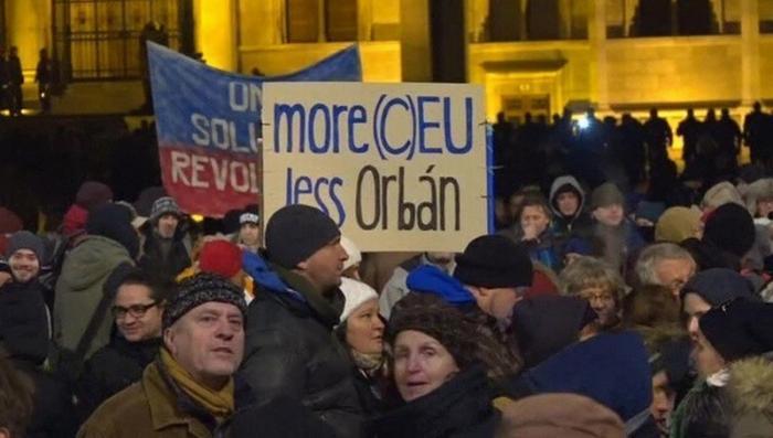 В Венгрии тысячи людей бунтуют против рабских законов правительства Виктора Орбана