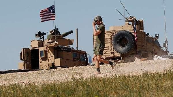 Американский военный в районе сирийского населенного пункта Манбидж
