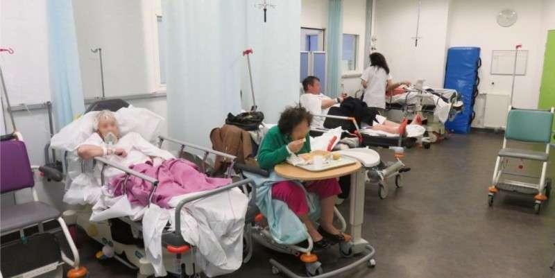 Des rideaux permettent aux malades qui patientent dans la salle d'attente allongée des urgences d'avoir une relative intimité
