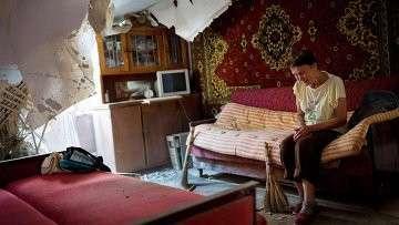 Жительница Донецка в своей разрушенной обстрелом квартире