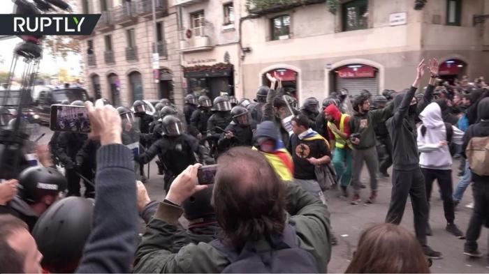 Массовые беспорядки в Каталонии: ожесточённые столкновения между полицией и протестующими