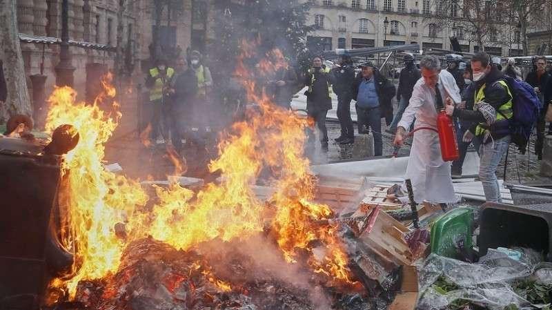 Шестая акция протеста во Франции: призывы к отставке Макрона и «приманка» для полиции