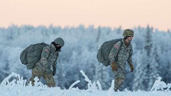 Американские военные во время учений на Аляске