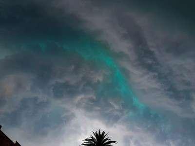 В Сиднее выпал гигантский град после появления на небе зелёных облаков