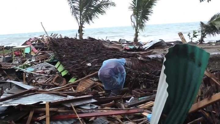 Цунами в Индонезии вызвал извергающийся вулкан Кракатау